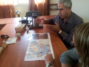Abed al-Karim visar på kartan var vägspärren in till byn är. Foto: Samuel Skånberg