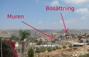 Bild från Azzun Attma över byn med vy över muren och närmaste bosättningen. Foto: Samuel Skånberg.
