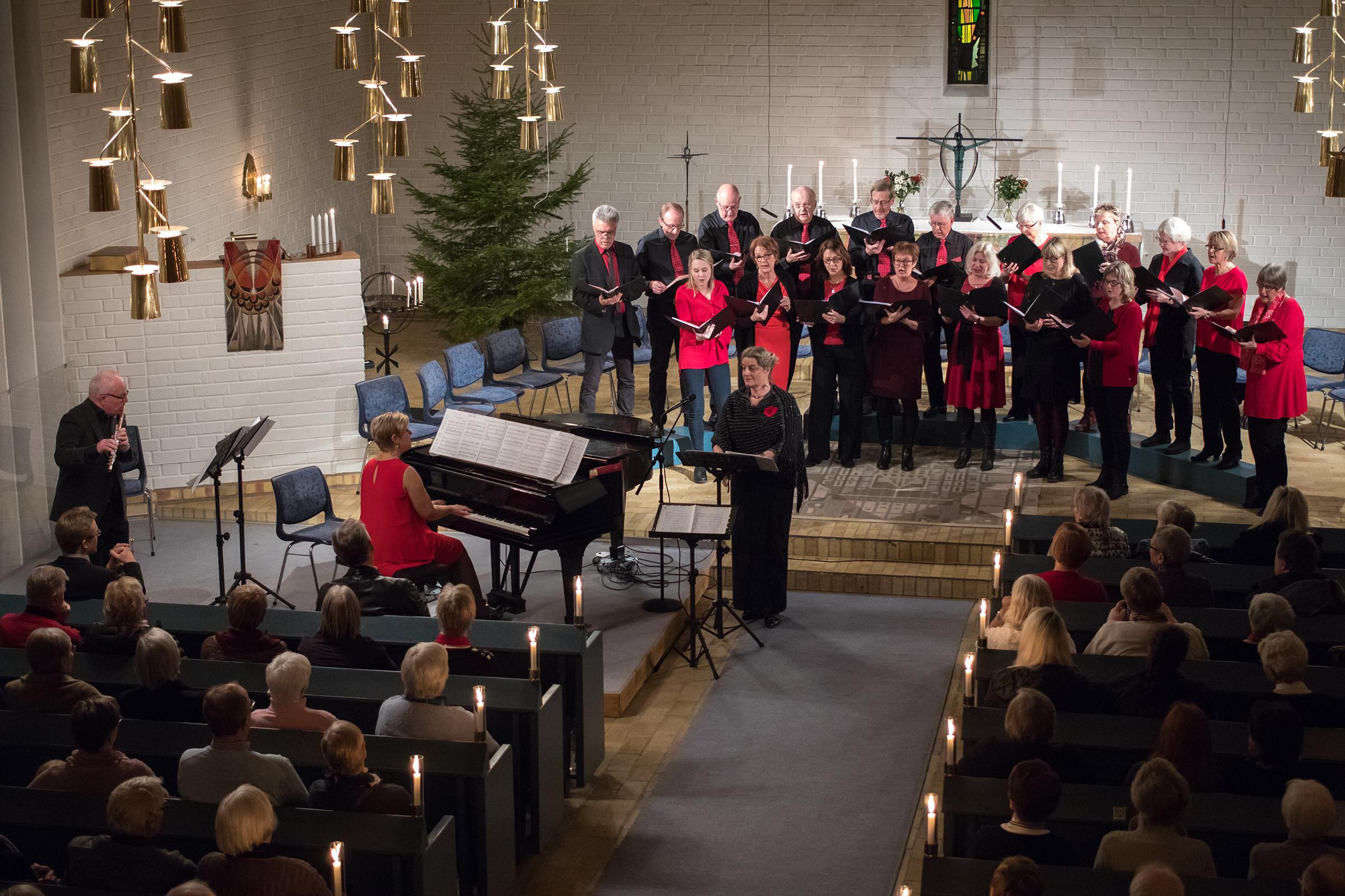 Kören tillsammas med Rose-marie Bäckstrand och Mats Nilsson, flöjt.