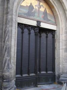 Porten till slottskyrkan i Wittenberg med Luthers 95 teser ingjutna