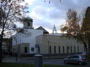 Synagogan i förgrunden på kyrkotomten