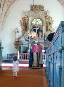 Lillian 1,5 år lyssnar till beredelsen
