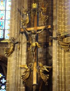 Korset bärs av änglarna