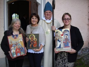 Tre ikonmålare bar ikoner i processionen