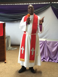Biskop Michael Dube predikar före biskopsvigningen om Guds nåd