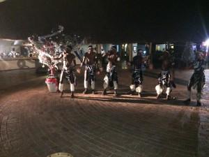 Gammal afrikansk glädjedans vid modern julgran