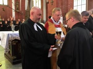 De heliga gåvorna delas ut i den fullsatta kyrkan. (Foto Mats Lagergren)