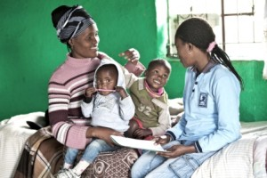 Mentormamma Nozibele Chopele vid organisationen Philani i Sydafrika ger Nosiphela Luthuli rådgivning. Ansökan om barnbidrag är en av de saker mentormammor kan hjälpa till med.