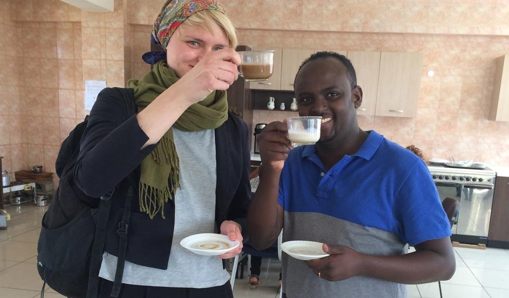För att nå förändring och ett jämställt samhälle och en jämställd kyrka behöver man också involvera män, säger Fitsum Zelalem Bekalu vid Ethiopian Graduate School of Theology i Addis Abeba. Här tillsammans med Emilie Weiderud.