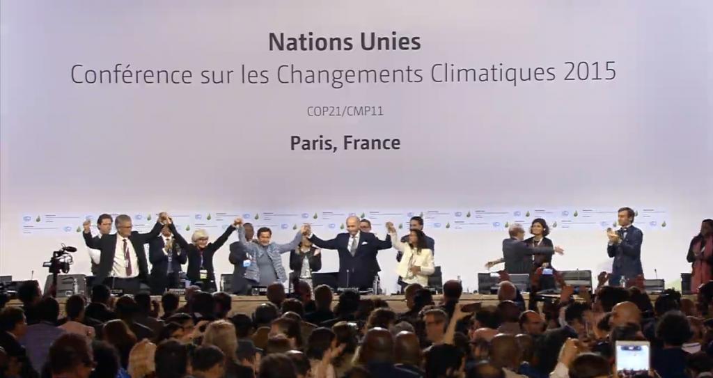 Segergest när avtalet gick igenom efter 14 dagars förhandlingar. Klimatavtalet antogs av samtliga 195 länder som deltar i mötet i Paris.