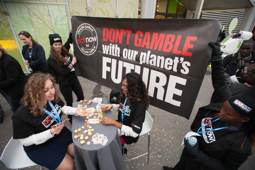 """""""Spela inte med vår planets framtid"""". ACT-alliansen fortsätter att lobba och visa makthavarna att de vackra inledningstalen måste mynna ut rättvisa avtal.  Ryan Rodrick Beiler/LWF"""