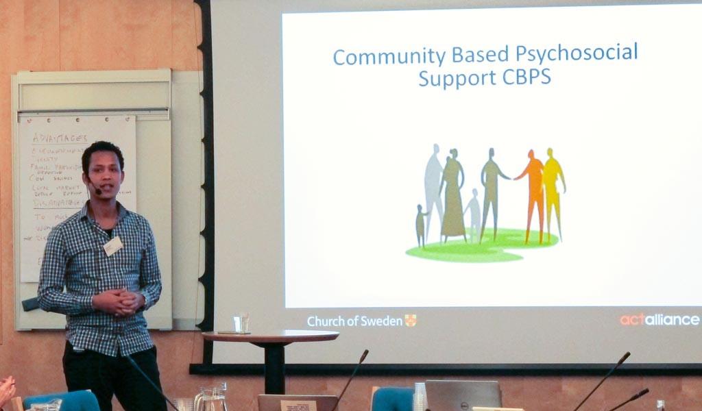 Andualem T. Boltena berättar om Svenska kyrkans arbete med psykosocialt stöd. Foto: Therése Jonsson