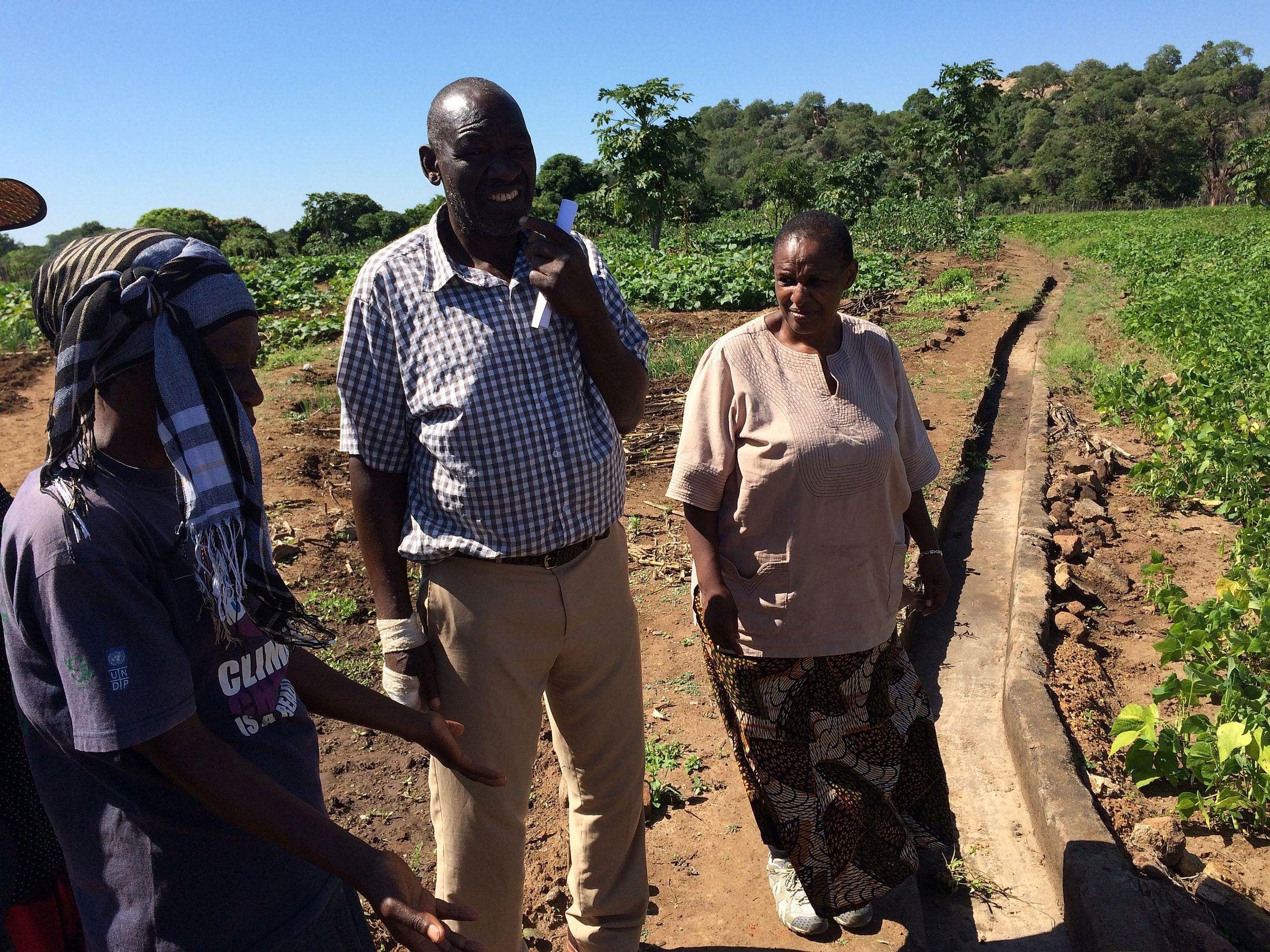 Bongiwe Mavuwa från LDS (th) med två projektmedlemmar (tv) i Zvishavane, Zimbabwe