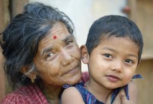 Hari Maya Bhujel kramar om sitt barnbarn Utsab, 5 år, i byn Majhitar i Dhading-distriktet i Nepal, där ACT-alliansen bistått befolkningen efter den förödande jordbävningen 2015. Foto: Paul Jeffrey
