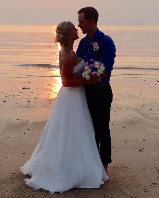 Vackert och lyckligt par i solnedgången