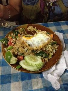 Ytterligare en Thailändsk specialitet; Kow pad pak med ägg.