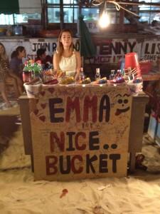 Emma säljer hinkar med spritflaskor...