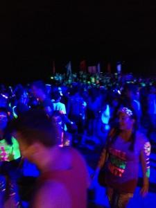 ...fler dansare på stranden.