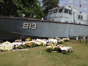 Patrullbåten låg och bevakade för ett prinsessbesök. I samband med Tsunamin slungades den flera kilometer inåt landet.