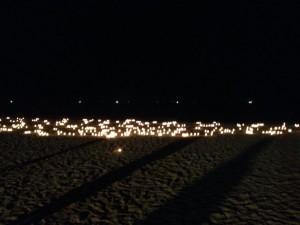 Hundratals ljus lyser. En symbol för att ingen som miste livet i samband med Tsunamikatastrofen är glömd.