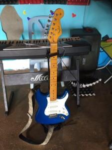 God musikutrustning har församlingen. Den här elgitarren visade sej vara en amerikatillverkad Fender Stratocaster