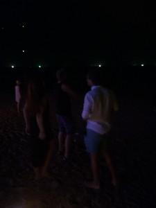 När vi kommer tillbaka efter promenaden är det helmörkt på stranden.
