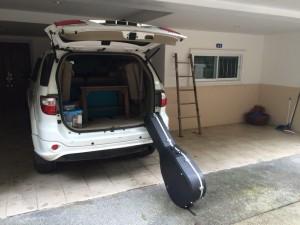 Sista gången  får den här säsongen vi packar bilen med altare, prästkläder och gitarr.