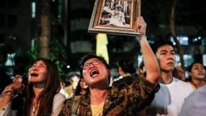 Överallt sörjer Thailand sin kung