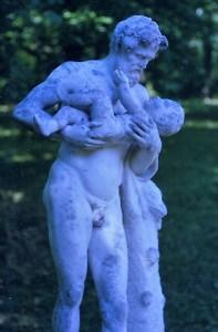 Pappa med sitt barn, staty på Solliden i Stockholm
