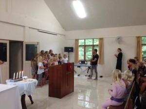 Barnkören på koh Lanta sjunger starkt och för att det är roligt, som deras körledare önskar!