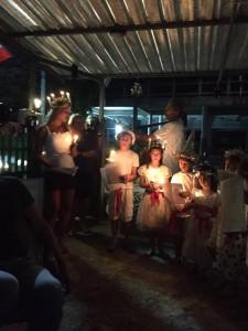 Avslutningsvis på en liten svenskägd restaurang: ett helt vanligt (?) Luciatåg med barn och ljus!