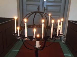 Ljusbäraren i Klövedals kyrka. Foto Carina Etander Rimborg