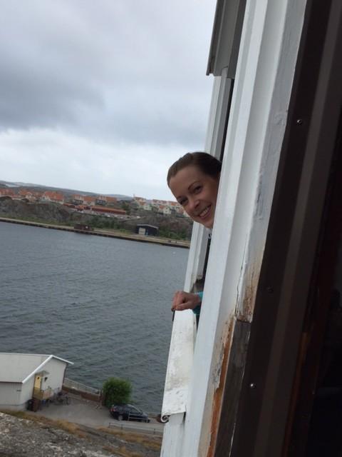 Vaktmästare Kristina är beredd att hänga upp leendet på kyrkans torn. Foto Helene Nykvist.