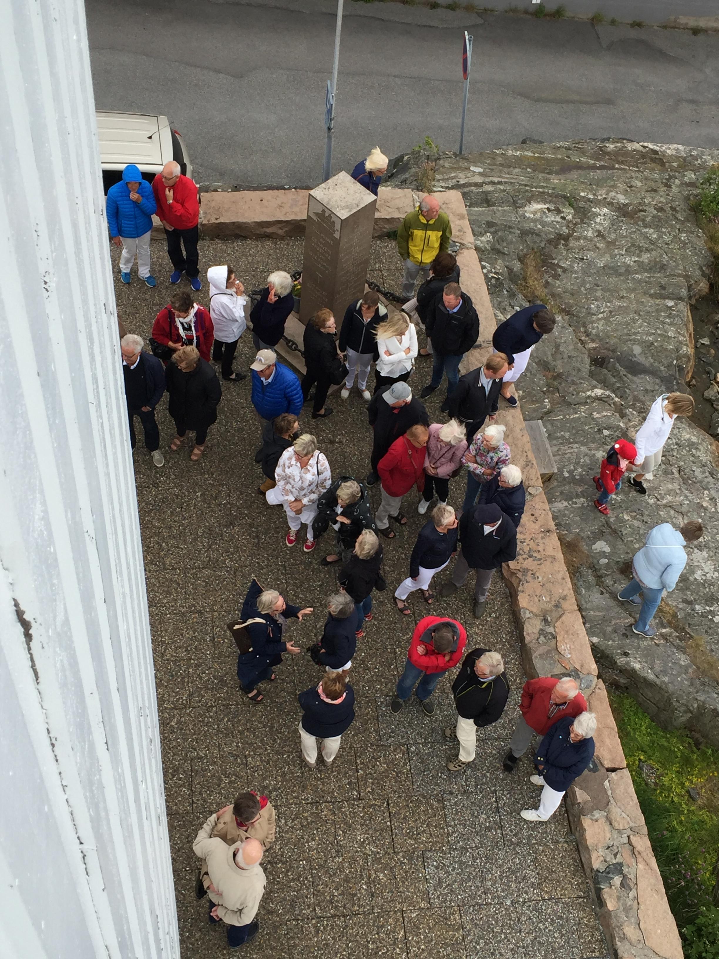 Sommaren är här. Leendet hängs upp på Skärhamns kyrka. Foto Helene Nykvist