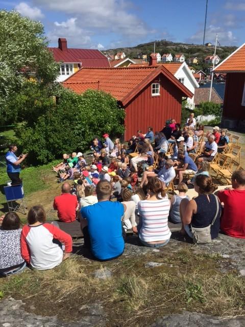 108 pers kom på Familjedag på Härön. 9 juli. Vi trollbands av Den glada trollkarlen som hade ett finfint trolleriprogram som avslutades med att alla 45 barn fick en personligt vald ballongfigur med sig hem.  Fin dag.  Foto Linda Lindblad