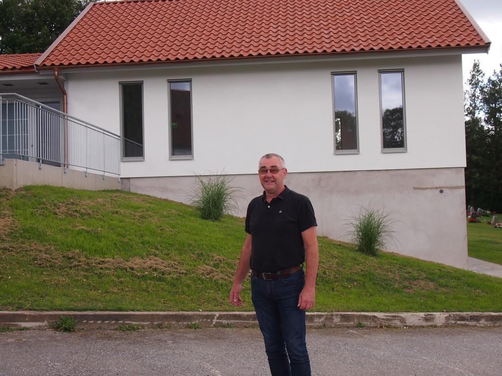 Torsten Gustafsson utanför den nybyggda ceremonilokalen. Foto Carina Etander Rimborg