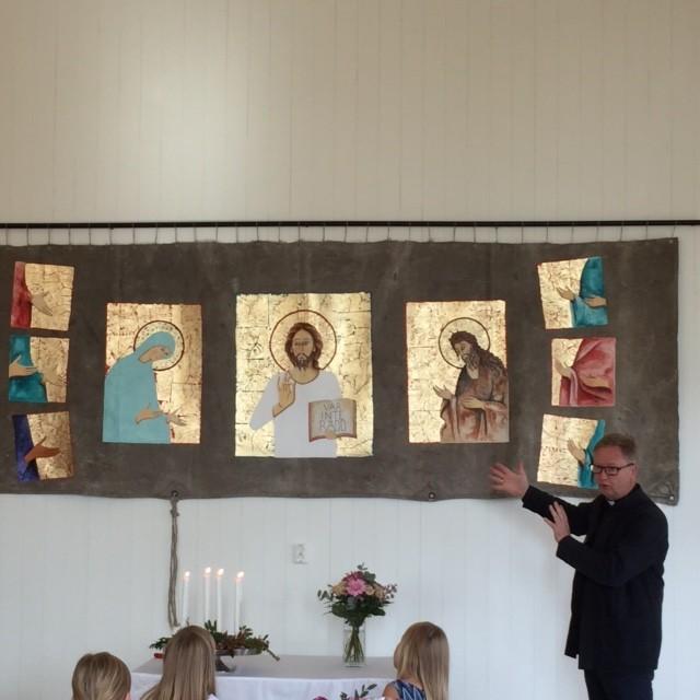 Mats Hermansson inviger presenningsikonen i Kyrkans Hus 25 sept 2016. Foto Linda Lindblad.