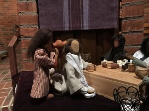 Kvinnan häller olja över Jesus hår. Bibliska figurer i Björkekärrs kyrka. Foto Carina Etander Rimborg
