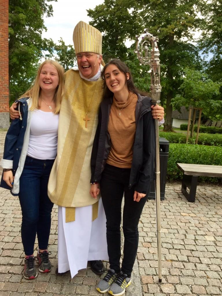 En bild från Strängnäs stiftsfest då vi blev utsända! Här har ni mig, Sofia, till höger om biskop Johan Dalman. Längst till vänster syns Emma Ronquist som ska till Filippinerna.
