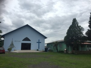 -Här är huset jag bor i med kyrkan som närmsta granne
