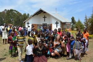 Jag tillsammans med en massa barn efter gudstjänst i Rwantege.