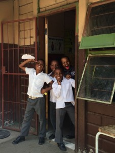Glada barn när vi besökte skolan här om dagen.