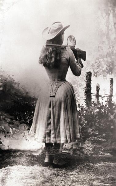 Annie Oakley, expert på skytte, skjuter över axeln och tittar bara i spegeln.