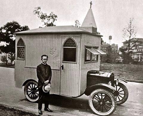 Varför ens flytta när man kan bo i husvagn hela tiden? Fast det här är en biktstolsbil...