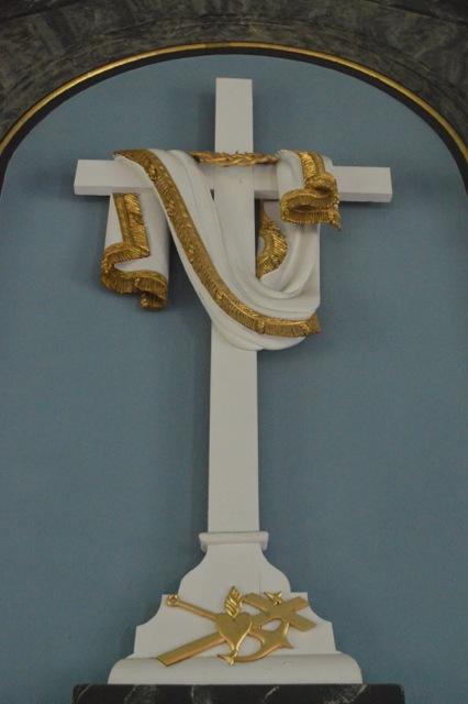 Ett naket och abstrakt kors. Fint och fromt?