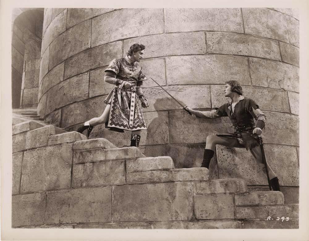 Errol Flynn tar till svärdet.