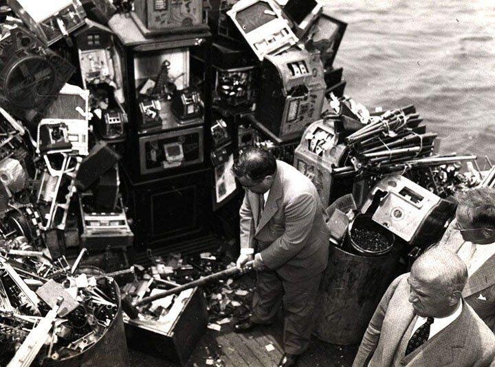 En man slår sönder spelmaskiner, men det finns så många...