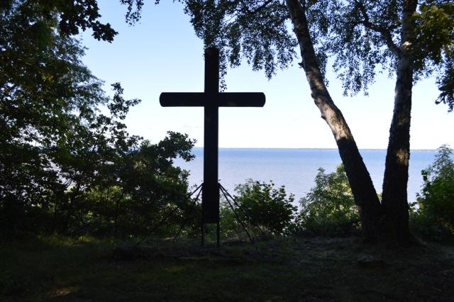 Ett kors är rest på platsen och varje år firas det friluftsgudstjänst här.