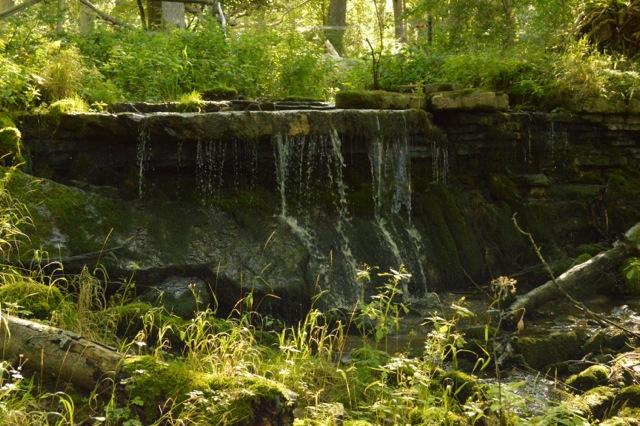 Ett vattenfall bredvid, snart far vattnet utför en hisnande brant.