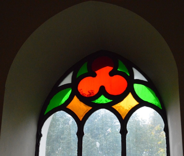 Fina glasfönster i Ekby
